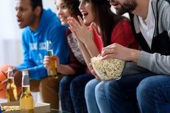 Amis observant le sport à la TV Image libre de droits