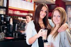 Amis obtenant une tasse de café Images libres de droits