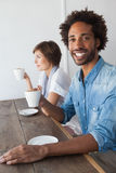 Amis occasionnels ayant le café ensemble Image libre de droits