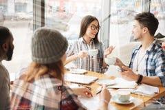 Amis optimistes buvant du thé dans le restaurant Images libres de droits