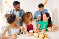 Amis ou équipe heureux mangeant à la fête au bureau Photos libres de droits