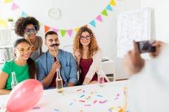 Amis ou équipe photographiant à la fête au bureau Image stock