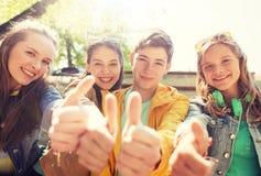 Amis ou étudiants adolescents montrant des pouces  Image libre de droits