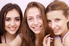 Amis ou adolescentes heureux avec le smartphone prenant le selfie Photos stock