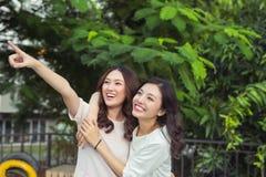 Amis ou adolescentes heureux ayant l'amusement dehors Image libre de droits