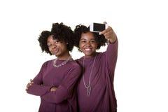 Amis ou ados prenant une photo Photographie stock libre de droits