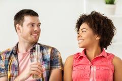 Amis ou ajouter heureux à la bière parlant à la maison Photographie stock