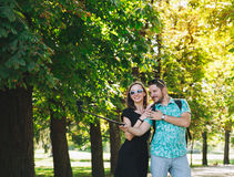 Amis ou couples des amants faisant la photo de selfie sur l'appareil-photo de mouvement Photographie stock libre de droits