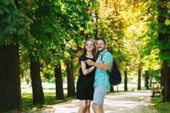 Amis ou couples des amants faisant la photo de selfie sur l'appareil-photo de mouvement Photographie stock
