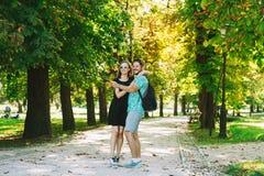 Amis ou couples des amants faisant la photo de selfie sur l'appareil-photo de mouvement Image libre de droits
