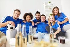 Amis ou passionés du football avec de la bière à la maison Images libres de droits