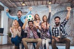 Amis ou passionés du football heureux observant le football à la TV et célébrant la victoire Photo libre de droits