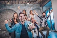 Amis ou passionés du football heureux observant le football à la TV et célébrant la victoire Photos libres de droits