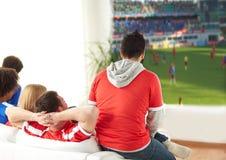 Amis ou passionés du football observant le football à la maison Photo libre de droits
