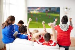 Amis ou passionés du football observant le football Photo stock