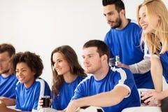 Amis ou passionés du football observant le football à la maison Photographie stock libre de droits