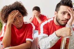 Amis ou passionés du football tristes à la maison Images libres de droits