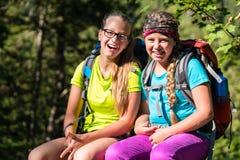 Amis ou soeurs trimardant dans les bois ayant l'amusement Photographie stock