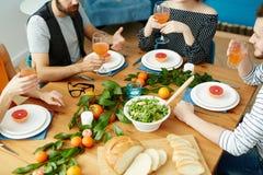 Amis par la table Images stock