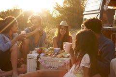 Amis parlant à un pique-nique près de leur camping-car Photos libres de droits