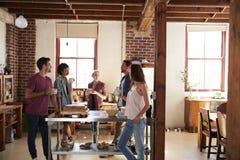 Amis parlant au-dessus du café dans la cuisine, longueur de trois-quarts Photos libres de droits