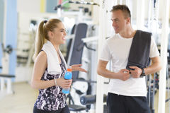 Amis parlant au gymnase Photo stock
