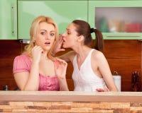 Amis parlant dans la cuisine Image stock