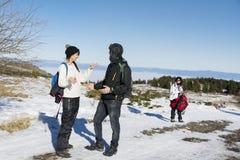 Amis parlant dans la montagne d'hiver Amusement de l'hiver Photo libre de droits