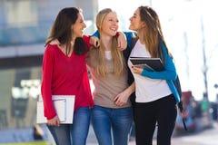 Amis parlant dans la rue après classe Photo stock