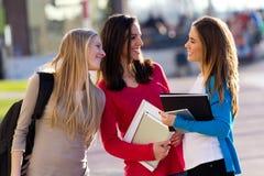 Amis parlant dans la rue après classe Photos libres de droits