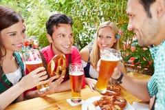 Amis parlant dans le jardin de bière Photo libre de droits