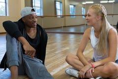 Amis parlant dans le studio de danse Image stock