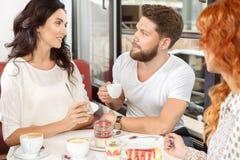 Amis parlant dans un café Photo libre de droits