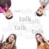 Amis parlant du téléphone Images stock