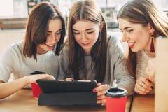 Amis parlant en ligne utilisant le PC de comprimé Images stock