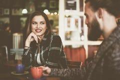 Amis parlant entre eux dans le restaurant Photographie stock