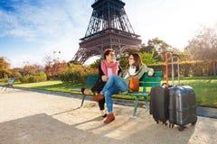 Amis parlant entre eux près de Tour Eiffel Image libre de droits