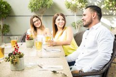 Amis parlant et buvant de la bière Image libre de droits