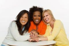 Amis parlant et riant Images libres de droits