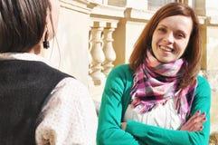 Amis parlant à l'extérieur Photos stock
