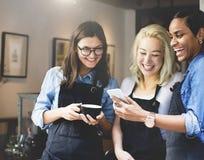 Amis parlant le concept de travailleur de café Image stock