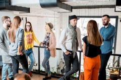 Amis parlant pendant la coupure dans la salle de conférences Image stock