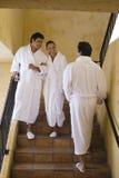 Amis parlant sur l'escalier Photographie stock