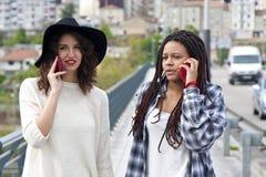 Amis parlant sur le mobile Images libres de droits