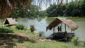 Amis parlant sur le radeau en bambou dedans longtemps et la rivière tranquille de Pasak Photos stock