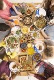 Amis partageant la nourriture à la table Images libres de droits