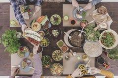 Amis partageant la nourriture Images stock