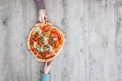 Amis partageant une pizza Image stock