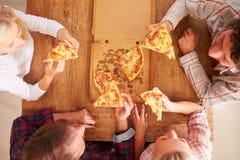 Amis partageant une pizza ensemble, vue aérienne Photographie stock