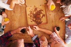 Amis partageant une pizza ensemble, vue aérienne Photographie stock libre de droits